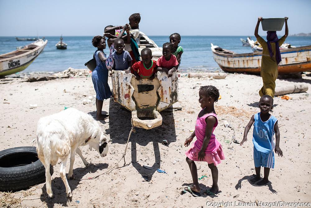 Avril 2018. Sénégal. Yarakh. Village de pêcheurs en banlieue de Dakar où des migrants partaient en pirogue pour les Canaries au milieu des années 2000. ur la plage avec les pêcheurs et des enfants qui s'amusent.