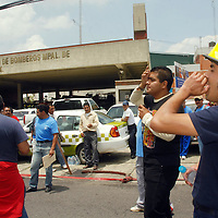 TOLUCA, México.- Elementos del cuerpo de bomberos de Toluca, apoyados por compañeros de otros municipios afiliados al Sindicato del H. Cuerpo de Bomberos y Atención Pre- Hospitalaria del Estado de México, se manifestaron en esta capital para exigir al ayuntamiento la reinstalación de los 7 traga humos que fueron despedidos en días pasados. Agencia MVT / José Hernández. (DIGITAL)