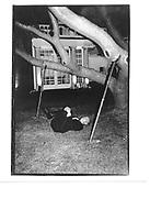 Sir Mark Weinberg exercising outside Serpentine Gallery 1995© Copyright Photograph by Dafydd Jones 66 Stockwell Park Rd. London SW9 0DA Tel 020 7733 0108 www.dafjones.com