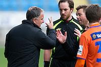 Treningskamp fotball 2014: Molde - Aalesund.  Aalesunds trener Jan Jönsson (t.v.) hadde noen innspill til dommer Per Ivar Staberg (t.h.) etter treningskampen mellom Molde og Aalesund på Aker stadion.