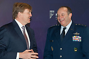 Koning Willem Alexander bij Future Force Conference 2015 in het Nationaal Militair Museum, Soesterberg. De driedaagse conferentie richt zich op de krijgsmacht van de toekomst. <br /> <br /> King Willem Alexander at Future Force 2015 Conference in the National Military Museum, Soesterberg. The three-day conference focuses on the armed forces of the future.<br /> <br /> Op de foto / On photo:  Koning Willem-Alexander en de opperbevelhebber van de NAVO-strijdkrachten generaal Philip Breedlove // King Willem-Alexander and the supreme commander of NATO forces General Philip Breedlove