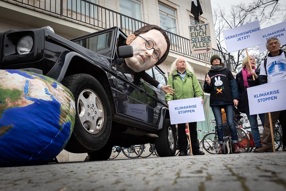 """Protestaktion """"Klimakrise stoppen - Verkehrswende jetzt!"""" des Bündnisses Klima-Allianz-Deutschland. An die 100 Demonstranten protestieren auf der Kundgebung von BUND, Campact, Changing Cities, Deutsche Umwelhilfe, Deutscher Naturschutzring, Greenpeace, Klima-Allianz Deutschland, Naturfreunde Deutschland und ökologische Verkehrsclub VCD vor der Sitzung der AG Klimaschutz der Verkehrskommission für eine Verkehrswende. Symbolisch überfährt eine Puppe des Verkehrsministers Andreas Scheuer in einem SUV eine Weltkugel.<br /> <br /> [© Christian Mang - Veroeffentlichung nur gg. Honorar (zzgl. MwSt.), Urhebervermerk und Beleg. Nur für redaktionelle Nutzung - Publication only with licence fee payment, copyright notice and voucher copy. For editorial use only - No model release. No property release. Kontakt: mail@christianmang.com.]"""