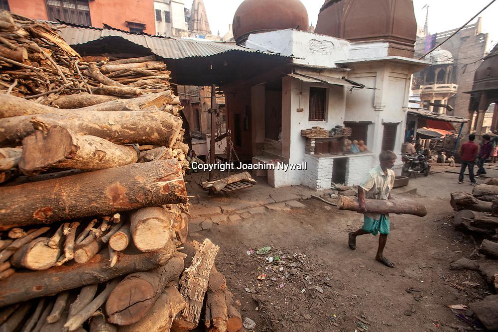 2014 11-07 Varanasi Uttar Pradesh <br /> India Indien<br /> Vid det stora kremerings ghatet <br /> Ved för likbålen<br /> <br /> ----<br /> FOTO : JOACHIM NYWALL KOD 0708840825_1<br /> COPYRIGHT JOACHIM NYWALL<br /> <br /> ***BETALBILD***<br /> Redovisas till <br /> NYWALL MEDIA AB<br /> Strandgatan 30<br /> 461 31 Trollhättan<br /> Prislista enl BLF , om inget annat avtalas.