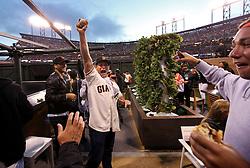 Fan catches home run ball in edible garden, 2014 World Series Champion Giants