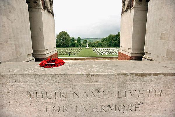 Frankrijk, Thiepval, 12-5-2013Thiepval is één van de bloedigste plaatsen van de slag aan de Somme. Op een heuvel liep de frontlijn. Daar bouwden de Duitsers een net van loopgraven en ondergrondse schuilplaatsen. De veldslag was zo hevig dat er bij de Britten niet minder dan 82.000 werden gedood. Uiteindelijk viel deze plaats opnieuw in Britse handen op 28 september 1916. Het dorp was zodanig verwoest dat het nooit meer werd heropgebouwd. De Britten kozen deze plaats uit voor het oprichten van een monument die de vermiste soldaten van de Sommeslag moet herdenken.In de muren van dit Mémorial staan de namen van meer dan 70.000 Britse soldaten die tijdens de Sommeslag vermist zijn.  Het slagveld bevond zich ruwweg in de driehoek gevormd door de Franse steden Albert, Bapaume en Péronne. In dit gebied zijn heden ten dage vele herinneringen aan de slag te vinden. Naast vele goed onderhouden begraafplaatsen, met herinneringen aan honderdduizenden soldaten van alle betrokken nationaliteiten, monumenten en museaFoto: Flip Franssen/Hollandse Hoogte