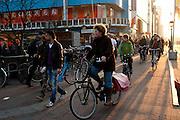 Een vrouw vervoert een eenwieler op haar fiets.<br /> <br /> A woman is carrying a unicycle on het bike.