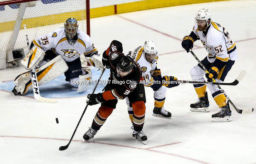 新华社照片,洛杉矶,2017年5月14日 <br />  (体育)(1)冰球——NHL季后赛西部决赛:阿纳海姆鸭队胜纳什维尔捕食者队<br />  5月14日,阿纳海姆鸭队左翼 Nick Ritchie(前)在比赛中攻门。 <br />  当日,在美国加利福尼亚州的阿纳海姆举行的2016-2017赛季NHL季后赛西部决赛第二场比赛中,阿纳海姆鸭队主场以5比3战胜纳什维尔捕食者队。 <br />  新华社发(赵汉荣摄)(Photo by Ringo Chiu/PHOTOFORMULA.com)<br /> <br /> Usage Notes: This content is intended for editorial use only. For other uses, additional clearances may be required.