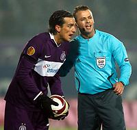 UEFA Europa League, Gruppenphase, FK Austria Wien vs Athletic Bilbao .  Bild zeigt Milenko Acimovic (A.Wien) und Schiedsrichter Svein Oddvar Moen (NOR). <br /> Norway only