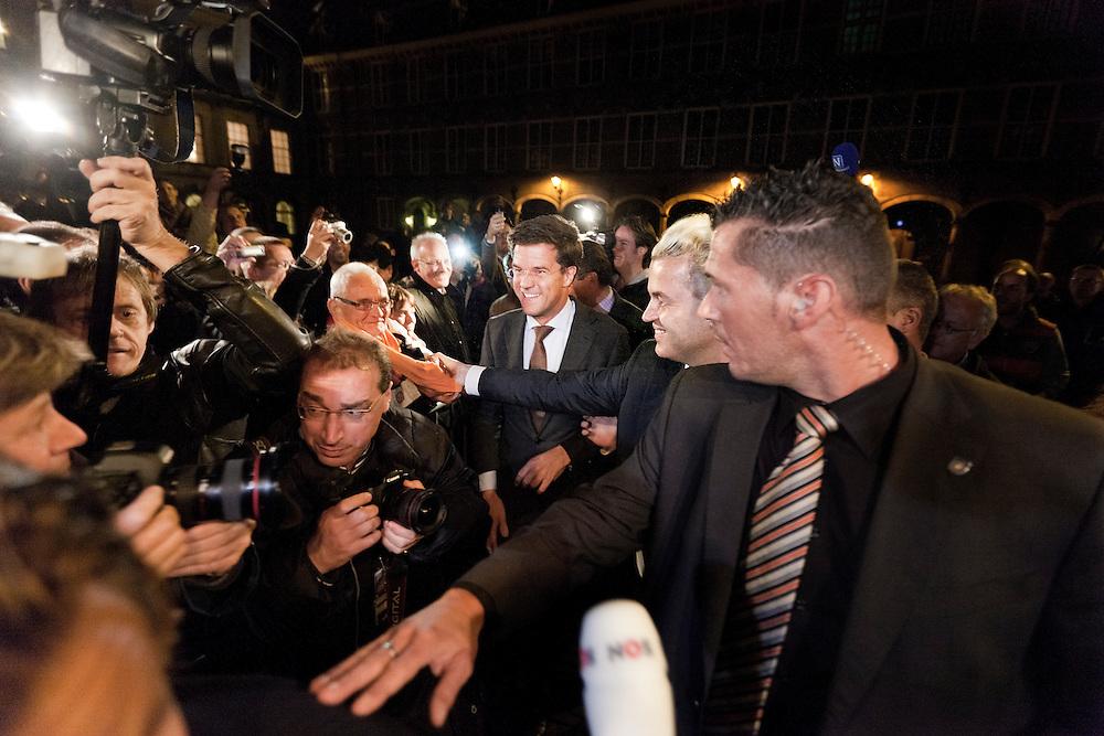 Nederland. Den Haag, 28 september 2010.<br /> Rutte en Wilders bij het publiek achter dranghek.<br /> Onderhandelaars Mark Rutte, Maxime Verhagen en Geert Wilders hebben vandaag een akkoord bereikt, regeerakkoord en gedoogakkoord, gedoogsteun. vvd, cda, pvv<br /> politiek, kabinetsformatie, coalitievorming<br /> foto © Martijn Beekman