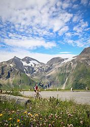 THEMENBILD - Großglockner Hochalpenstraße, Radfahrer mit Blick zu den Gipfeln Sonnenwelleck, Fuscherkarkopf, Breitkopf, Hohe Dock, von links. Sie verbindet die beiden Bundesländer Salzburg und Kärnten mit einer Länge von 48 Kilometern und ist als Erlebnisstraße von großer touristischer Bedeutung, aufgenommen am 1. August 2015, Heiligenblut, Österreich // cyclist at the Großglockner High Alpine Road, which connects the two provinces of Salzburg and Carinthia with a length of 48 km and is as an adventure road priority of tourist interest at Heiligenblut, Austria on 2015/08/01. EXPA Pictures © 2015, PhotoCredit: EXPA/ Martin Huber