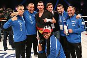 BOXEN: Universum Pioneers, Supermittelgewichtl, Hamburg, 09.11.2019<br /> Trainer und Vater Bernd Bauer (2.v.l.), Leon Bauer (GER), Freddy Ness und Christian Morales (2.v.r.)  <br /> © Torsten Helmke