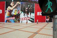 Chine, Pekin (Beijing), rue pietonne de Wangfujing // China, Beijing, Wangfujing street