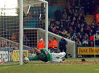 Photo: Kevin Poolman.<br />Crystal Palace v Ipswich Town. Coca Cola Championship. 18/03/2006. <br />Palace keeper Gabor Kiraly can't keep the ball out for Ipswich's first goal.