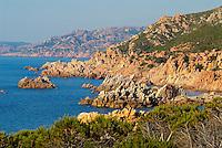 Italie. Sardaigne. Province de Sassari. Cote dechire a Isola Rossa. // Italy. Sardinia. Sassari province. Coast at Isola Rossa.