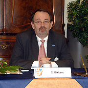 NLD/Huizen/20060425 - Ondertekening collegeprogramma B&W Huizen, Audax voorzitter, lijsttrekker VVD Huizen, Carel Bikkers