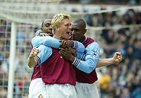 Fotball - Premier League 2002/2003<br /> 19.04.2003<br /> Aston Villa v Chelsea<br /> Marcus Allbäck gratuleres etter scoring<br /> Foto: Digitalsport