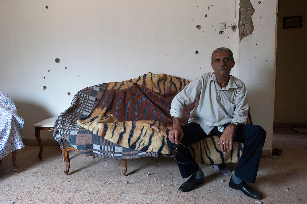 Sunni neighborhood Bab al-Tebbaneh. Bullet holes in an apartment, these shots came from the Alawite Jabal Mohsen district...Quartier sunnite Bab al-Tebbaneh. Traces de balles dans un appartement, ces tirs viennent du quartier alaouite Jabal Mohsen.