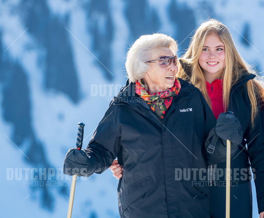 Prinses Beatrix en prinses Amalia tijdens de jaarlijkse Fotosessie in Lech, Oostenrijk.