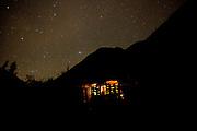 Juan Huq dentro de su cuarto ubicado en Lamay, en el Valle sagrado de los incas.  Juan ha construido su hogar  a base de barro y con técnicas permacultura. Cusco, 2020.