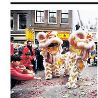 Tekst en beeld zijn auteursrechtelijk beschermd en het is dan ook verboden zonder toestemming van auteur, fotograaf en/of uitgever iets hiervan te publiceren <br /> <br /> Parool 2 februari 2014: Chinees nieuwjaar