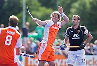 UTRECHT - Roderick Weusthof scoort voor Nederland uit een strafcorner ,zaterdag tijdens de  hockey interland tussen de mannen van Nederland en Duitsland (4-2). rechts de Duiser Phillipp Zeller.COPYRIGHT KOEN SUYK