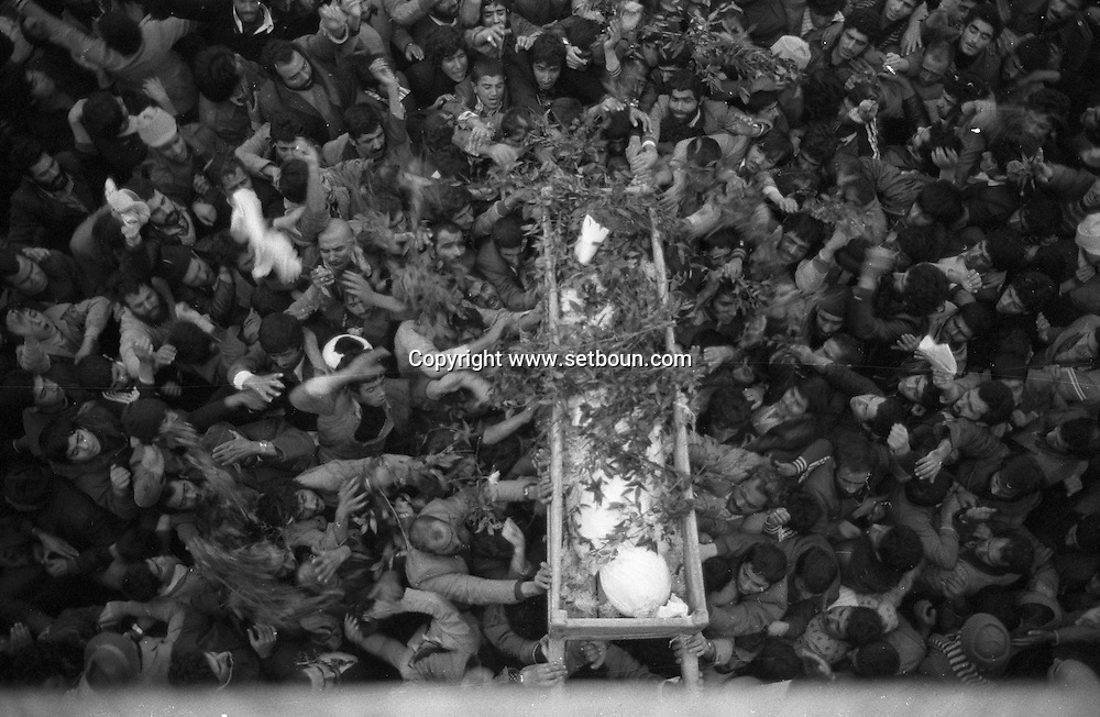 Iran - 20/12/1979 -   funerals of Dr Mofateh in the big mosque- Qom-  holy city of islam shia;  the ayatollah Mofateh assassinated by the Terrorist Forqan Group on Dec/18/1979 /// funerailles du DR Mofateh dans la grande mosquee - Qom ville sainte de l islam chiite
