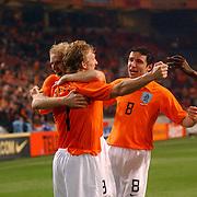 NLD/Amsterdam/20060301 - Voetbal, oefenwedstrijd Nederland - Ecuador, Dirk Kuyt word gefeliciteerd met zijn doelpunt door Martijn Meerdink en Mark van Bommel