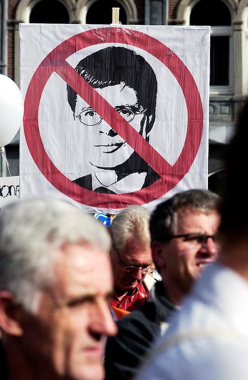 Nederland, Amsterdam, 2 okt 2004.Demonstratie tegen het kabinetsbeleid op de Dam, georganiseerd door Keer het tij. Op dezelfde dag protesteren ook de vakbonden tegen het kabinetsbeleid, maar dan op het museumplein...Foto (c) Michiel Wijnbergh/hh