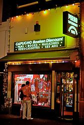 O Red Light District, atração turística das mais concorridas é um bairro dos mais antigos e pitorescos. Como vitrines, as prostitutas montavam uma espécie de sala de estar e lá, numa poltrona instalada sobre um tablado, exibiam-se para os clientes. Ainda que a prostituição só esteja legalizada desde 2000, as luzes vermelhas piscam há mais de 100 anos. FOTO: Jefferson Bernardes/Preview.com