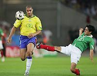 Fotbal, 19. juni 2005, Confederations Cup Mexico - Brasil , v.l. Adriano, Ricardo Osorio MEX