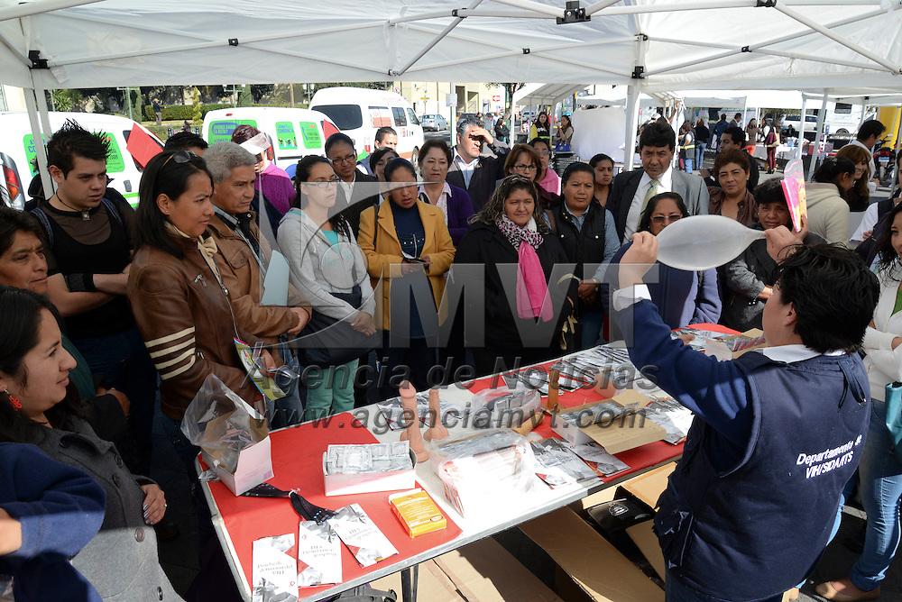 Toluca, México.- El parque Simón Bolivar sirvió como escenario para el festejo del Día del Condón, en diversos stands se dieron asesorías sobre el uso del condón, se realizaron pruebas de VIH, talleres, entre otras actividades para los asistentes a la feria. Agencia MVT / Crisanta Espinosa