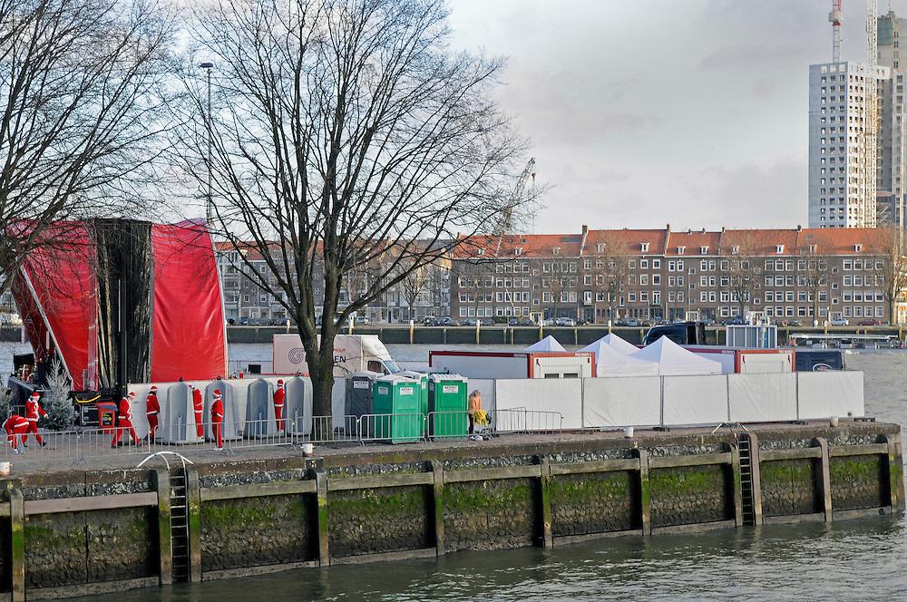 Niederlande, Rotterdam, Weihnachtsmänner vor dem traditionellen Nikolaus Stadtlauf an einem Pissoir        Netherlands, Rotterdam, open space toilets for runners of the Santa Clause City run     