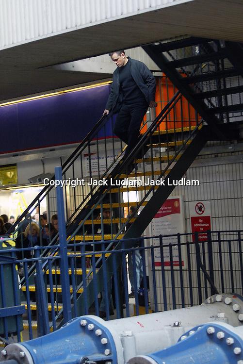 MATT DAMON ON SET THE BOURNE ULTIMATUM IN LONDONS WATERLOO STATION .CAMERAS ROLLING,