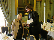 GWYNETH DUNWOODY AND STEVE BELL. Political Studies Association awards, 2005. Institute of Directors. Pall Mall. London. 29 November 2005. ONE TIME USE ONLY - DO NOT ARCHIVE  © Copyright Photograph by Dafydd Jones 66 Stockwell Park Rd. London SW9 0DA Tel 020 7733 0108 www.dafjones.com