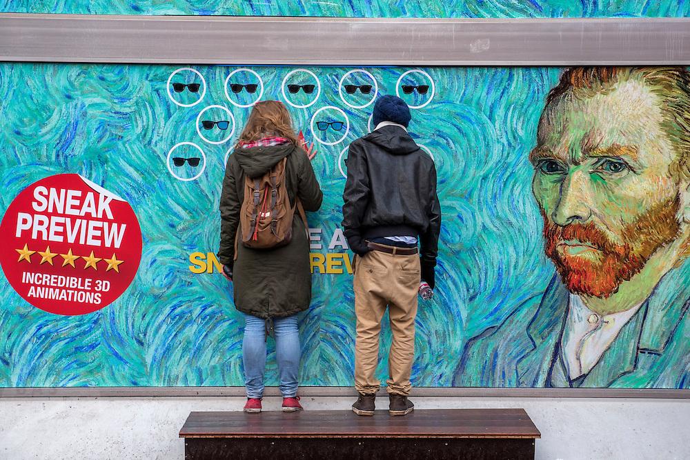 .3D animaties te bezichtigen in Amsterdam. twee mensen bekijken de de sneakpreview van het werk van Van Gogh in 3D.