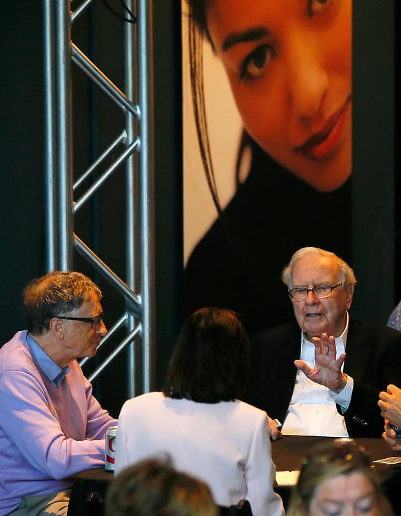 Berkshire Hathaway CEO Warren Buffett (R) talks to Microsoft founder Bill Gates as they play bridge on the Berkshire Hathaway annual meeting weekend in Omaha, Nebraska, U.S. May 7, 2017. REUTERS/Rick Wilking