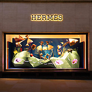 Proseguiamo il nostro viaggio con la vetrina di @Hermes per ammirare le decorazioni natalizie delle famose Maison della moda nell'esclusiva Bond Street a Mayfair in centro a Londra. <br /> <br /> We carry on our trip with @Hermes window to admire the Christmas decorations of the fashion brands in the exclusive @BondStreet in Mayfair in Central London.