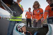Sebastiaan Bowier komt aan bij de finish. Bowier heeft op de laatste dag met de VeloX3 van het Human Power Team Delft en Amsterdam een nieuw wereldrecord gezet. Hij haalde een snelheid van   In Battle Mountain (Nevada) wordt ieder jaar de World Human Powered Speed Challenge gehouden. Tijdens deze wedstrijd wordt geprobeerd zo hard mogelijk te fietsen op pure menskracht. Ze halen snelheden tot 133 km/h. De deelnemers bestaan zowel uit teams van universiteiten als uit hobbyisten. Met de gestroomlijnde fietsen willen ze laten zien wat mogelijk is met menskracht. De speciale ligfietsen kunnen gezien worden als de Formule 1 van het fietsen. De kennis die wordt opgedaan wordt ook gebruikt om duurzaam vervoer verder te ontwikkelen.<br /> <br /> Sebastiaan Bowier gets out of the bike after. Bowier sets a new world record speed biking with the VeloX3 of the Human Power Team Delft and Amsterdam. His speed was   . In Battle Mountain (Nevada) each year the World Human Powered Speed Challenge is held. During this race they try to ride on pure manpower as hard as possible. Speeds up to 133 km/h are reached. The participants consist of both teams from universities and from hobbyists. With the sleek bikes they want to show what is possible with human power. The special recumbent bicycles can be seen as the Formula 1 of the bicycle. The knowledge gained is also used to develop sustainable transport.