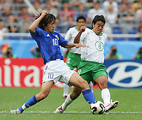 Fotball, 16. juni 2005, <br /> Conferderations Cup Japan - Mexico <br /> v.l. Shunsuke NAKAMURA , Pavel PARDO Mexico<br />  Norway only