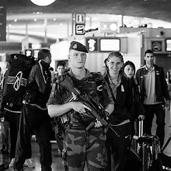mercredi 7 septembre 2016, 9h59, Roissy-en-France. Soldat du 3ème Régiment Parachutiste d'Infanterie de Marine au milieu des sportifs de l'équipe de France de Savate s'apprêtant à prendre l'avion.