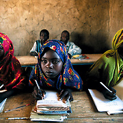 In Sub-Saharan Africa, girls go to school less. And those that go, leave earlier. Housework and early marriage -usually forced- prevent them from going. Chad is one of the countries in the world with the lowest school attendance rates for girls: only 49% of them attend primary school and the percentage that attends secondary school doesn't even reach 5%. Dankalla, Chad.