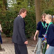 NLD/Huizen/20060504 - Dodenherdenking 2006 Huizen, burgemeester Frans Willem van Gils gemeente Huizen, kranslegging