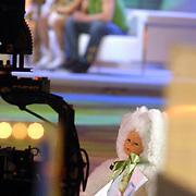 NLD/Hilversum/20070302 - 8e Live uitzending SBS Sterrendansen op het IJs 2007, Sita Vermeulen en schaatspartner Slawomir Borowiecki, pop op het ijs met remote camera