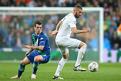 12.04.2016, Estadio Santiago Bernabeu, Madrid, ESP, UEFA CL, Real Madrid vs VfL Wolfsburg, Viertelfinale, Rueckspiel, im Bild Real Madrid's Karim Benzema (r) and WfL Wolfsburg's Vieirinha // during the UEFA Champions League Quaterfinal, 2nd Leg match between Real Madrid and VfL Wolfsburg at the Estadio Santiago Bernabeu in Madrid, Spain on 2016/04/12. EXPA Pictures © 2016, PhotoCredit: EXPA/ Alterphotos/ Acero<br /> <br /> *****ATTENTION - OUT of ESP, SUI*****