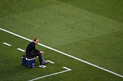 LISBON, PORTUGAL - Sunday, August 23, 2020: Paris Saint-Germain's head coach Thomas Tuchel sits on an ice box with his foot in a cast during the UEFA Champions League Final between FC Bayern Munich and Paris Saint-Germain at the Estadio do Sport Lisboa e Benfica. (Credit: ©UEFA)