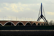 Nederland, Nijmegen, 16-2-2014 De nieuwe stadsbrug van de stad Nijmegen, de Oversteek, is in gebruik genomen, geopend. De brug is vernoemd naar de heldhaftige oversteek van de rivier de Waal die Amerikaanse soldaten op dit punt maakten tijdens de operatie Market Garden in de tweede wereldoorlog om met succes de oude Waalbrug te veroveren. De overspanning is een belangrijke schakel in de ontlasting van de stad van het doorgaande verkeer. De Oversteek is een boogbrug van 285 meter lang en 60 meter hoog en is de op een na langste hoofd overspanning van Nederland, en de grootste boogbrug van Europa met een enkelvoudige boog. De nieuwe oeververbinding moet zorgen voor een betere spreiding en doorstroming van verkeer binnen de stad Nijmegen. Na 75 jaar is er eindelijk een tweede vaste verbinding voor de stad. De oude waalbrug krijgt vanaf eind dit jaar groot onderhoud, waarna de volle capaciteit van beide bruggen pas gebruikt kan worden. De skyline van de stad is veranderd. De brug is een ontwerp van de Belgische architecten Ney en Paulissen. Foto: Flip Franssen/Hollandse Hoogte