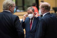 DEU, Deutschland, Germany, Berlin, 07.05.2021: Armin Laschet, Ministerpräsident von Nordrhein-Westfalen, CDU-Bundesvorsitzender und Kanzlerkandidat, beim Aufsetzen einer frischen FFP2-Maske vor einer Sitzung im Bundesrat.