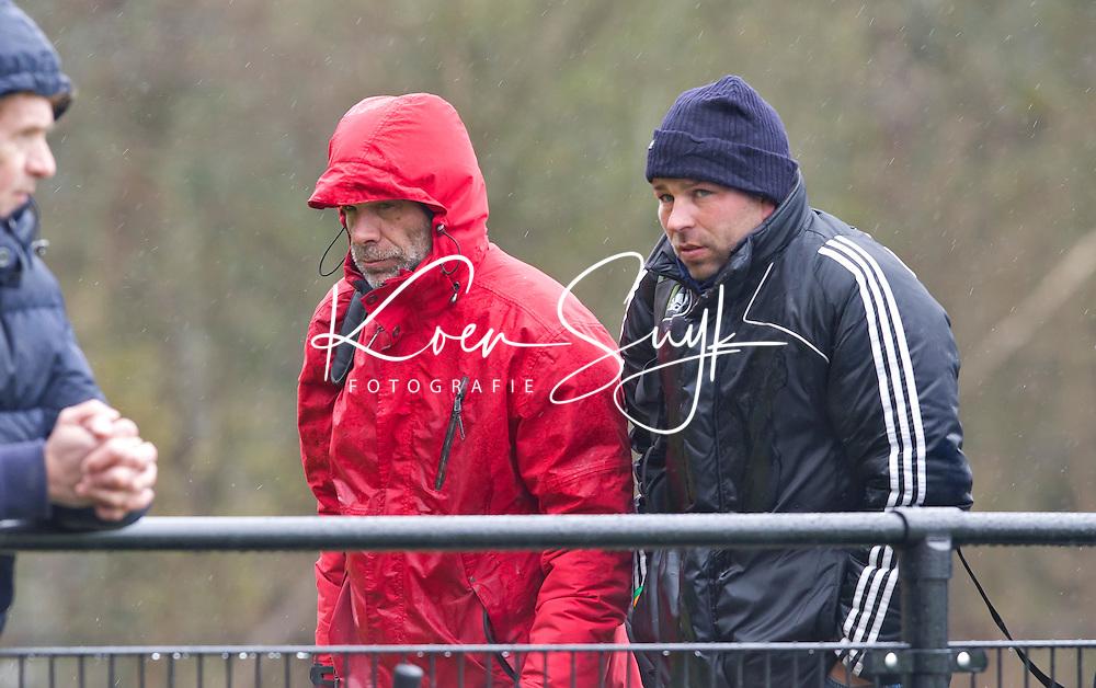 AERDENHOUT - 09-04-2012 - De coaches Nanko Jansonius (r) en Alejandro Verga, , maandag tijdens de finale tussen Nederland Jongens A en Engeland Jongens A  (3-3 , tijdens het Volvo 4-Nations Tournament op de velden van Rood-Wit in Aerdenhout. Engeland wint met shoot-outs. FOTO KOEN SUYK