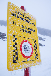 08.10.2013, Moelltaler Gletscher, Flattach, AUT, OeSV Medientag, im Bild Feature, Vereistes Schild mit Aufschrift, Achtung Rennstrecke, Für Publikumslauf gesperrt // during the media day of Austrian Ski Federation OeSV at Moelltaler glacier in Flattach, Austria on 2013/10/08. EXPA Pictures © 2013, PhotoCredit: EXPA/ Johann Groder