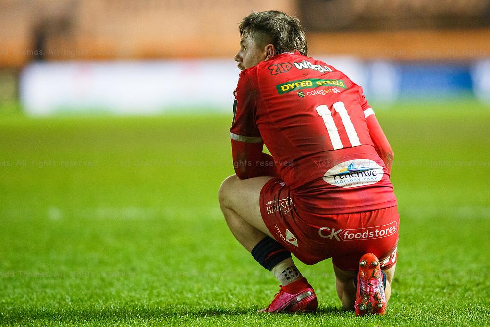 Llanelli, UK. 8 November, 2020.<br /> Scarlets winger Steff Evans takes a knee during the Scarlets v Zebre PRO14 Rugby Match.<br /> Credit: Gruffydd Thomas/Alamy Live News
